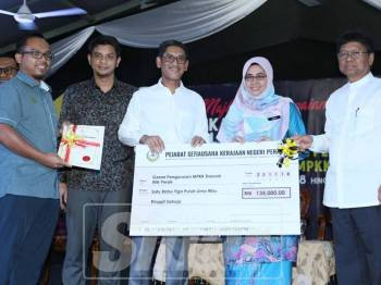 Ahmad Faizal (tiga, kanan) dan Asmuni (kanan) menyerahkan Geran Pengurusan MPKK bagi daerah Hilir Perak.