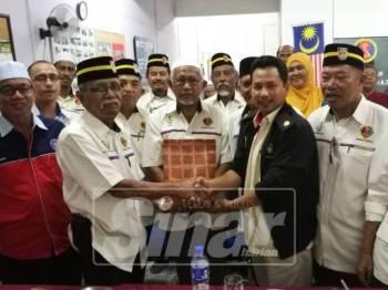 Abu Hassan(dua kiri) menyerahkan cenderahati penghargaan kepada Hassanuddin(tengah) setelah menghadiri program dialog ahli PVATM cawangan Bagan Serai bersama Pengarah JHEV Perak itu hari ini.