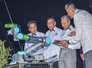 Perdana Menteri, Tun Dr Mahathir Mohamed diiringi Menteri Pertanian dan Industri Asas Tani, Datuk Salahuddin Ayub merasmikan MAHA 2018. - Foto Sharifudin Abdul Rahim