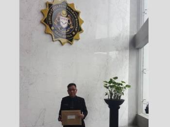 Norhizam hadir ke pejabat SPRM di Putrajaya bagi menyerahkan tujuh fail yang dipercayai mengandungi bukti berlakunya penyelewengan dan penyalahgunaan kuasa membabitkan pemimpin politik dan pegawai kerajaan negeri.