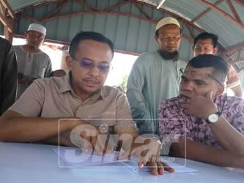 Ahmad Shamsuri  di samping YDP  Majlis Daerah Besut,  Ab Rashid Jusoh melihat laporan projek ketika beliau mengadakan lawatan tidak rasmi pagi tadi.