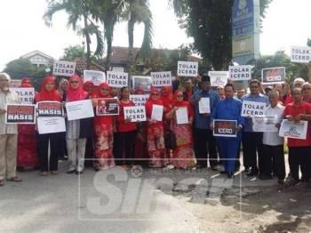 Sebahagian ahli Umno Bahagian Bangi hadir untuk membuat laporan terhadap Waytha Moorthy.