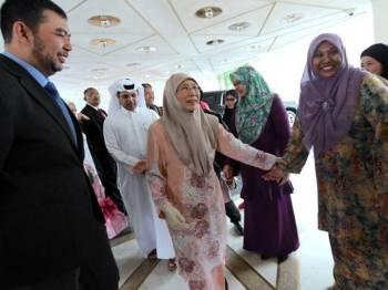 Perdana Menteri Datuk Seri Dr Wan Azizah Wan Ismail, yang juga Menteri Pembangunan Wanita, Keluarga dan Masyarakat, dialu-alukan selepas tiba di hotel di sini semasa lawatan rasmi tiga hari ke Qatar. Foto: Bernama
