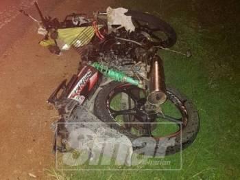 Motosikal mangsa remuk teruk dalam kejadian itu.
