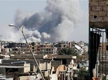 Kepulan asap kelihatan selepas sebuah kawasan di Raqa dibom.
