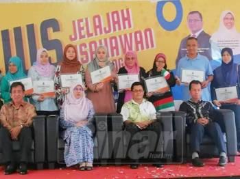 Rodziah bersama usahawan yang menerima pembiayaan Dana Usahawan Mikro pada majlis tersebut.