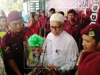 Abdul Hadi menerima cenderahati daripada Unit Amal Baling.