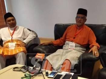 Mahfuz (kanan) pada sidang media selepas merasmikan konvensyen tersebut.