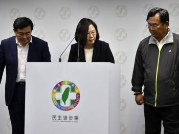 Hubungan Taiwan dan China juga semakin merosot sejak Ing-wen (tengah) menjadi presiden pada 2016.