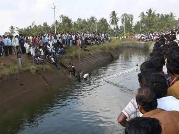 Kejadian itu berlaku di perkampungan Kanagana Maradi di daerah Mandya, kelmarin.