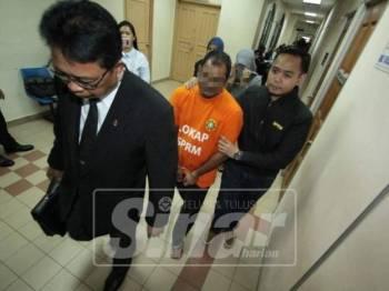 Suspek ketika dibawa ke kamar mahkamah majistret dengan berpakaian lokap SPRM.