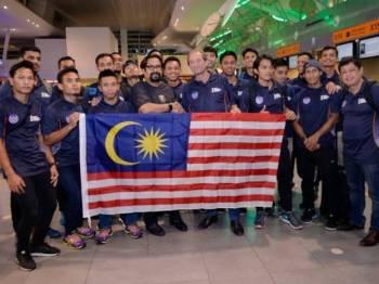 Subahan Kamal menyerahkan Jalur Gemilang kepada Oltmans sebelum Malaysian Tigers mendaftar masuk di kaunter klia2 untuk berlepas ke Bhubaneswar, India bagi menghadapi saingan Piala Dunia Hoki 2018 yang akan bermula secara rasminya Rabu ini.