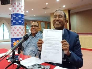 Zambry (kanan) ketika sidang media di Bangunan Umno Perak, hari ini.