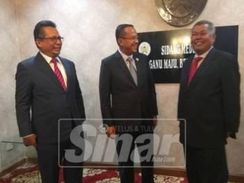 Dr Ahmad Samsuri (tengah) bersama Ahmad Razif (kiri) dan Ahmad Said (kanan) selepas kedua-dua bekas menteri besar itu nyatakan kesudian bekerjasama dengan kerajaan negeri menuntut bayaran.