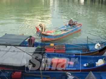 Tiga bot yang ditahan APMM dibawa ke Jeti Pasukan Polis Marin (PPM) Batu Uban untuk siasatan dan tindakan lanjut.