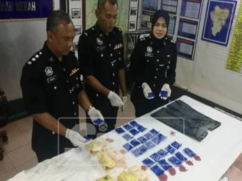 Suzaimi (tengah) menunjukkan bekalan dadah yang berjaya dirampas pihaknya dalam serbuan malam Isnin lalu.