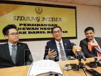 Ahmad Faizal (tengah) pada sidang media, turut kelihatan, Hasnul Zulkarnain (kanan) dan Exco Pembangunan Belia dan Sukan Perak, Howard Lee Chuan How.