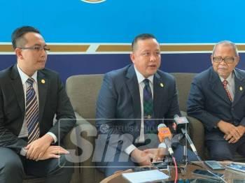 Rizam (tengah) dan Mohd Imran (kiri) ketika sidang media di sidang Dun hari ini.
