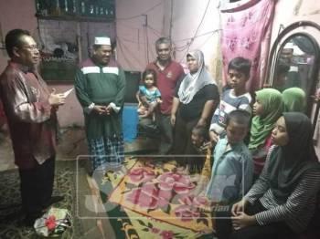 Wan Mohd Bahari dan keluarga ketika menerima kunjungan Zulkepli, semalam.