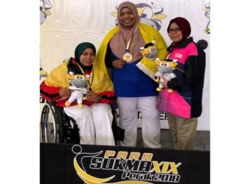 Jariah bergambar dengan pingat emas yang dimenanginya dalam acara boling padang perseorangan wanita B7 (cacat anggota kaki) pada temasya Para Sukan Malaysia (Sukma) 2018 di Arena Lawn Ball hari ini. - Foto Bernama