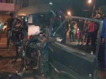 Kemalangan membabitkan dua kenderaan dengan mangsa masing-masing tersepit. - Foto ihsan APM Hulu Selangor