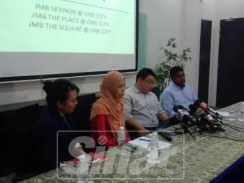 Li Loh (dua kanan) memberi penjelasan pada sidang media.