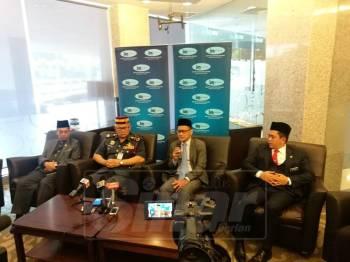 Mohd Azhari (dua, kanan) dalam sidang media di IJN memaklumkan keadaan terkini Muhammad Adib.