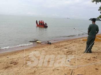 Seekor buaya yang tersangkut di pukat rawai diselamatkan anggota bomba dan Jabatan Perhilitan Melaka di Kampung Tengah, Kuala Sungai Baru, hari ini.