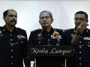 Ketua Polis Kuala Lumpur Datuk Seri Mazlan Lazim (tengah) ketika mengadakan sidang media di ibu Pejabat Polis Kontinjen Kuala Lumpur hari ini. - Foto Bernama