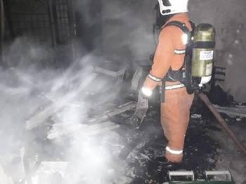 Anggota bomba dan penyelamat memadam kebakaran di ruang tamu rumah mangsa. - Foto Ihsan bomba