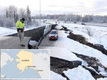 Keadaan jalan raya rosak teruk akibat gempa bumi kuat di bandar Alaska. - Foto Reuters