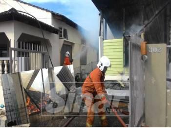 Api marak ketika anggota bomba dan penyelamat tiba ke lokasi kejadian.