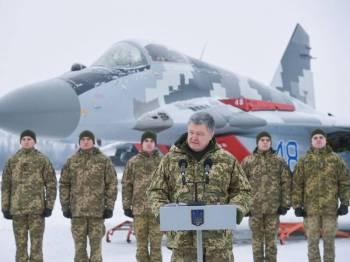 Presiden Ukraine, Petro Poroshenko berucap di sebuah pangkalan tentera udara Ukraine.- Foto wsau.com