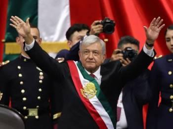 Andres Manuel Lopez Obrador mengangkat sumpah sebagai presiden baharu Mexico. - FOTO National Post