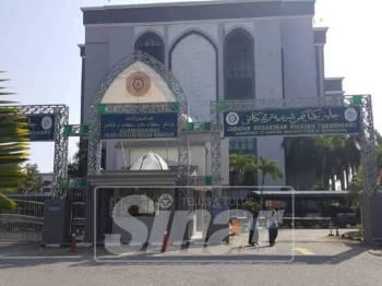 Wanita itu bersama pasangan 'terlarang'nya turut dikenakan denda RM2,400 oleh Mahkamah Rendah Syariah Kuala Terengganu hari ini.