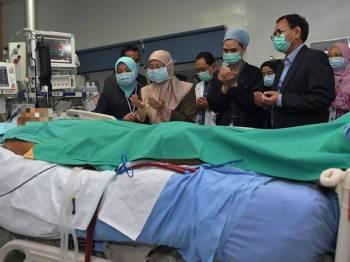 Wan Azizah menziarahi Muhammad Adib  yang dirawat di Institut Jantung Negara hari ini. - Foto Bernama