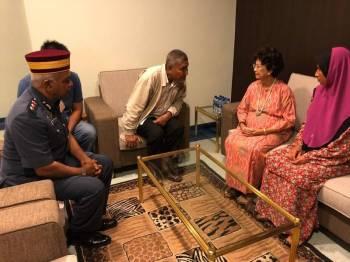 Siti Hasmah mendengar taklimat perkembangan terkini daripada ayah Muhammad Adib, Mohd Kassim. - Foto: Ihsan JBPM