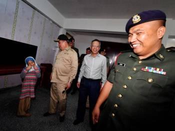 Mohamad hari ini melakukan lawatan ke Rumah Keluarga Angkatan Tentera (RKAT) di Kem Penrissen, Batu 8 di sini bagi meninjau kebajikan dan keperluan anggota dan pesara angkatan tentera.  - Foto Bernama