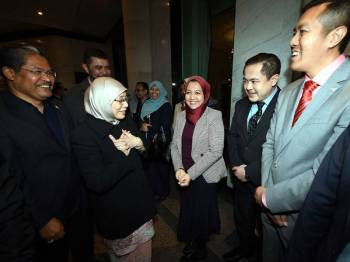 Dr Wan Azizah disambut pegawai dari Kementerian Pembangunan Wanita, Keluarga dan Masyarakat serta ketua-ketua perwakilan di Suruhanjaya Tinggi Malaysia sebaik tiba di hotel penginapan beliau semalam. - Foto Bernama