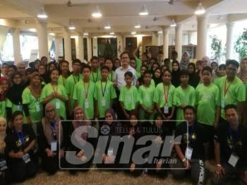 Mohd Zain (berdiri (tengah) turut serta bersama peserta sehingga hari kedua dan sempat memberikan tazkirah selepas selesai solat Isyak berjemaah.
