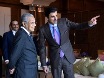 Tun Dr Mahathir  bersama Sheikh Tamim Hamad Al Thani (kanan) ketika menerima kunjungan Emir Qatar itu di pejabatnya di bangunan Perdana Putra hari ini. - Foto Bernama