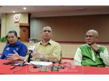 Saarani (tengah) pada sidang media di Bangunan Umno Perak, hari ini.