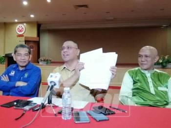 Saarani menunjukkan salinan akuan bersumpah yang dibuat lima wakil rakyat Umno pada sidang media di Bangunan Umno Perak, hari ini.