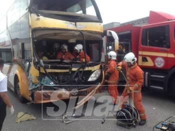 Kemalangan membabitkan sebuah lori dan bas persiaran dua tingkat di Kilometer 269 Lebuhraya Plus Arah Utara di sini tadi.