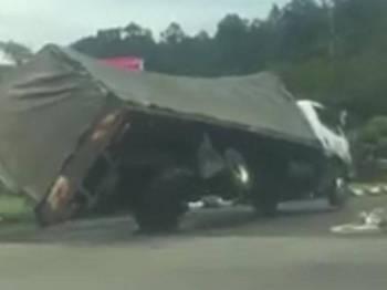 Seorang pengguna jalan raya sempat rakam kejadian lori tersebut terbalik ketika membelok di lampu isyarat Jalan Jakar.