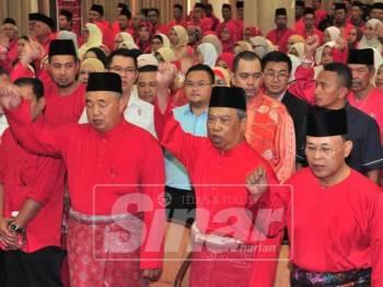 Muhyiddin bersama Osman melaungkan Hidup Bersatu pada Konvensyen Bersatu Johor.
