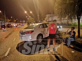 Kereta jenis Toyota Altis yang dipandu seorang lelaki (berbaju hitam) merempuh dua mangsa pagi tadi.
