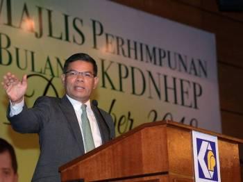 Menteri Perdagangan Dalam Negeri dan Hal Ehwal Pengguna (KPDNHEP) Datuk Seri Saifuddin Nasution Ismail berucap pada Perhimpunan Bulanan (KPDNHEP) bulan Disember di Kementeriannya hari ini. Foto: Bernama
