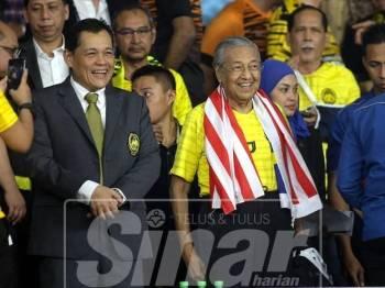 Perdana Menteri Tun Dr Mahathir Mohamad (tengah) sewaktu hadir ke perlawanan Malaysia menentang pasukan Vietnam pada perlawanan akhir pertama Kejohanan Piala AFF Suzuki 2018 di Stadium Nasional Bukit Jalil malam ini. - Foto Bernama