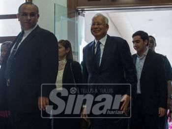 Najib (dua, kanan) mengaku tidak bersalah di Mahkamah Sesyen hari ini atas pertuduhan menggunakan jawatannya dengan mengarahkan supaya Laporan Akhir Pengauditan 1MDB dipinda sebelum dibentangkan kepada Jawatankuasa PAC, bagi mengelakkan sebarang tindakan terhadapnya. - Foto Bernama